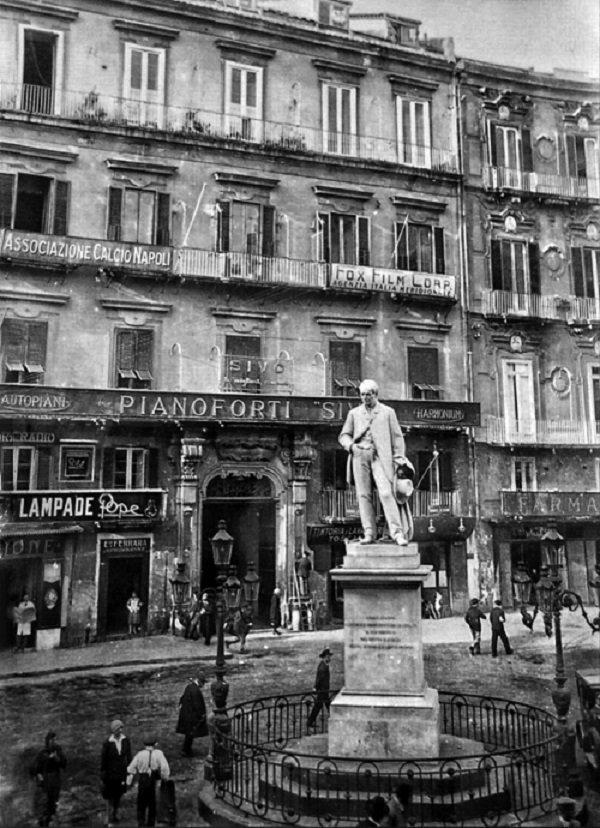 La prima sede dell'A.C. Napoli, in piazza Carità